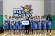 용인 삼성생명 블루밍스 농구단이 지파운데이션에 후원금을 전달하고 있다.jpg