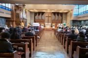 교회 내에서는 악수가 아닌 목례로 인사를.jpg